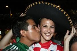 墨西哥球迷狂吻克罗地亚美女、哥伦比亚性感女记者爆红抢镜